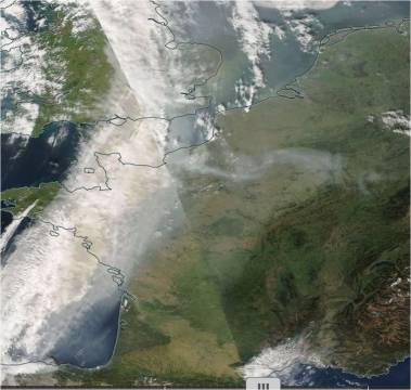 MODIS-Aqua visible image on 17.10.2017 (right) acquired in early afternoon: dust particles in yellow over France, united Kingdom and the Netherlands (Source: https://worldview.earthdata.nasa.gov)